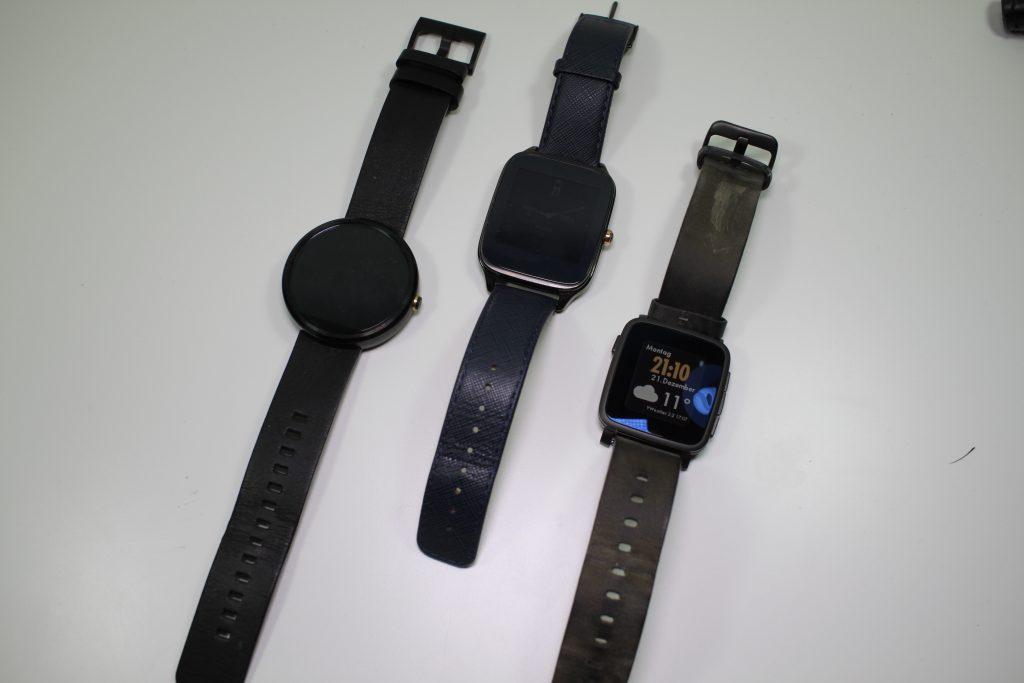 ZenWatch 2 (Mitte) im Vergleich mit der Moto 360 (1.Gen) (links) und der Pebble Time Steel (rechts)